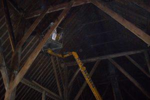 Vermin Control bezig met het bestrijden van houtworm middels een hoogwerker